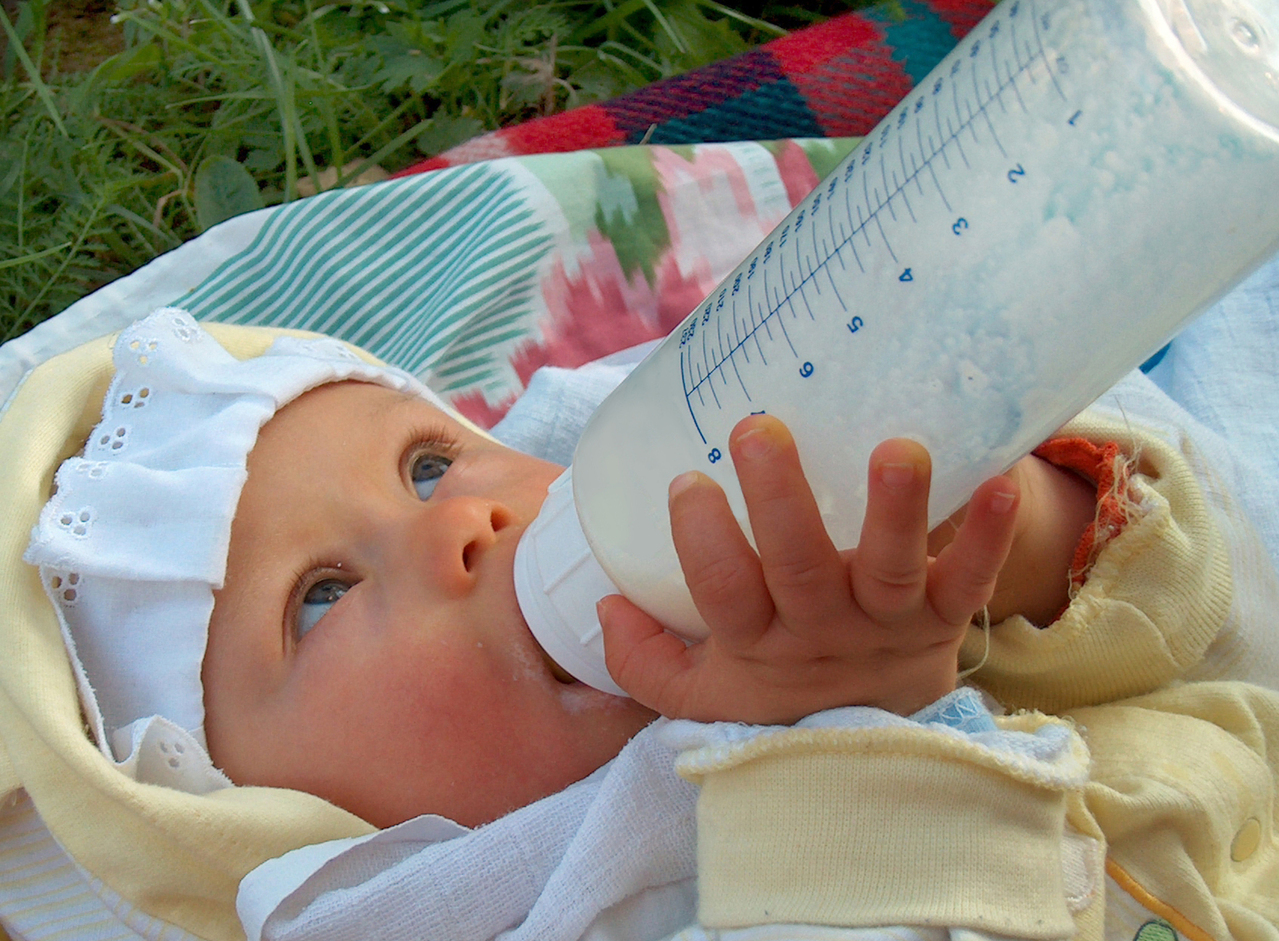 newborn-drinking-milk-1322787-1279x940
